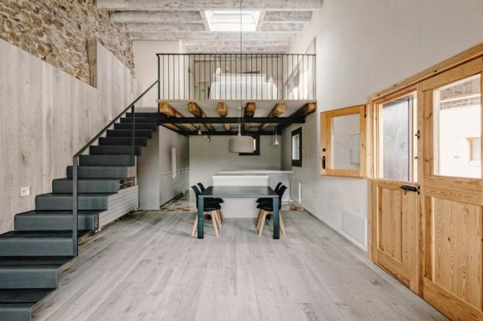 Řešení schodiště je dokonalé. Přísně strohý kov je zpracovaný se stejnou lehkostí, jakou Blanca Elorduy prokázala při zařizování celého domu