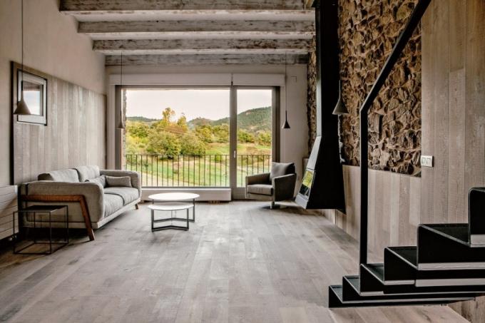 Bělená podlaha je spojujícím prvkem celého interiéru. Minimum nábytku a absolutní funkčnost vybavení umožňují vyniknout otevřenosti a lehkosti prostoru