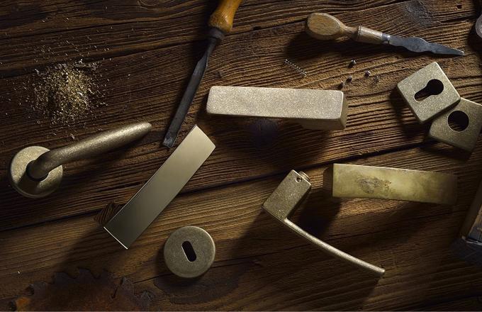 Po sto letech se opět na výsluní dere tradiční materiál na výrobu kování – masivní mosaz.