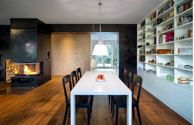 Stůl pro šest osob je vyrobený na míru a přisazením jeho menší části, která zde běžně slouží jako pracovní stůl, lze dosáhnout sezení až pro deset osob. Židle navrhl René Šulc pro českého výrobce TON pod názvem ERA