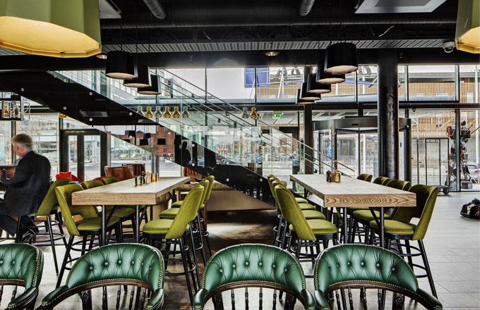 Restaurace The Cuckoo's Nest je zařízena tak, aby se v ní hosté cítili jako v domácím prostředí. Je součástí otevřeného přízemí a hosté mohou sledovat pohyb v hotelu i na ulici ?? Prostor wellness je přísně monochromatický. Šedá ale v podání architektů z Doos nevzbuzuje pocit nudné šedi, ale naopak zklidňuje.