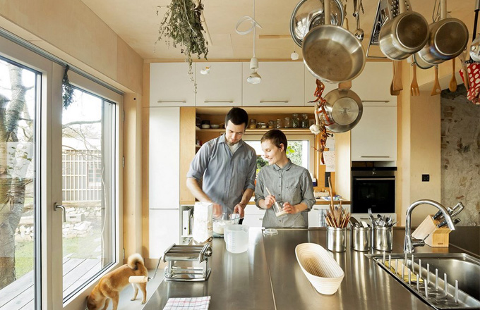 Rozloha domu i s ateliérem je přibližně 220 m2 a z toho je 160 m2 určeno pro bydlení. Centrem dění je zde prostorná kuchyň, která se po otevření velkých francouzských oken stává součástí exteriéru
