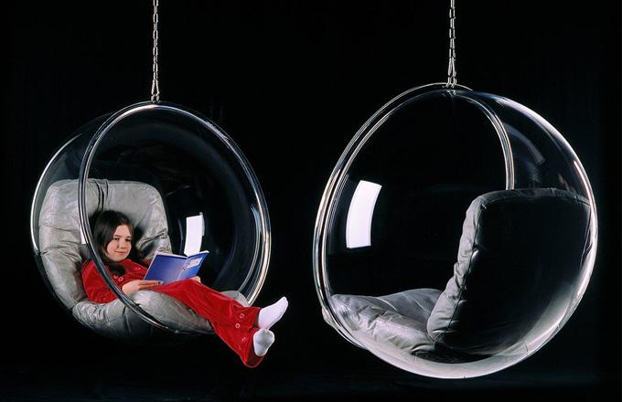 Bubble chair vyrobené z průhledného akrylu visí na řetězu o délce 2 metry, obruč má z chromované oceli, kožené čalounění je dostupné v několika barevných provedeních, v. 108 cm, š. 105 cm, h. 83 cm, cena od cca 108 000 Kč, www.adelta.de