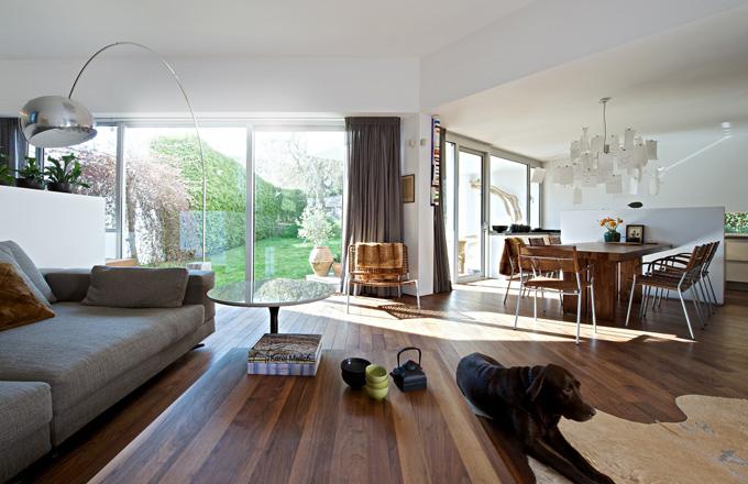 Otevřený prostor, jednoduché dispozice, čisté linie a dostatek denního světla jsou velkou devízou domu. Propojení obývacího pokoje a kuchyně je elegantně zvládnuto i díky praktickému panelu, který brání přímému pohledu na pracovní desku kuchyně, aniž by poutal pozornost
