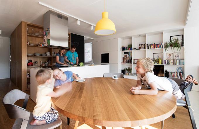 Nová dispozice umožňuje rodině trávit spolu více času, i když se zrovna věnuje každý jiné činnosti. Jednoduchý a stylově čistý interiér je otevřený také dětské tvořivosti – digestoř je využívána na zavěšení obrázků a magnetků z výletů a křídový nátěr za kuchyňským ostrůvkem slouží ke kreslení a psaní