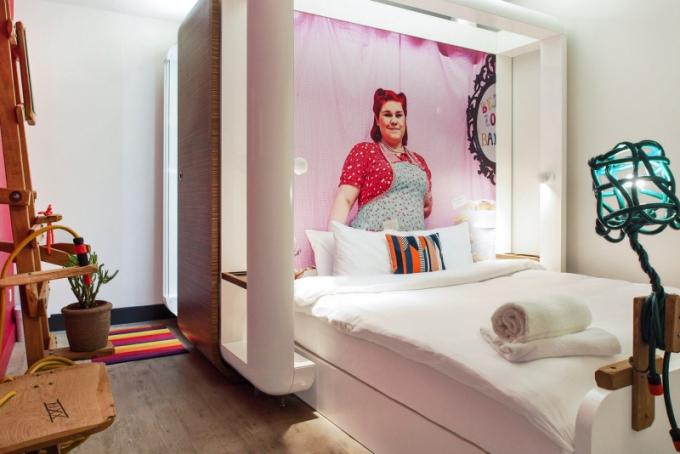 Pokoje Smart jsou menší a na stránkách hotelu jsou popsány jako pokoje pro ty, kteří nepotřebují jiná okna než ta ve svých noteboocích a smartphonech. Nedostatek denního světla samozřejmě kompenzuje nízká cena