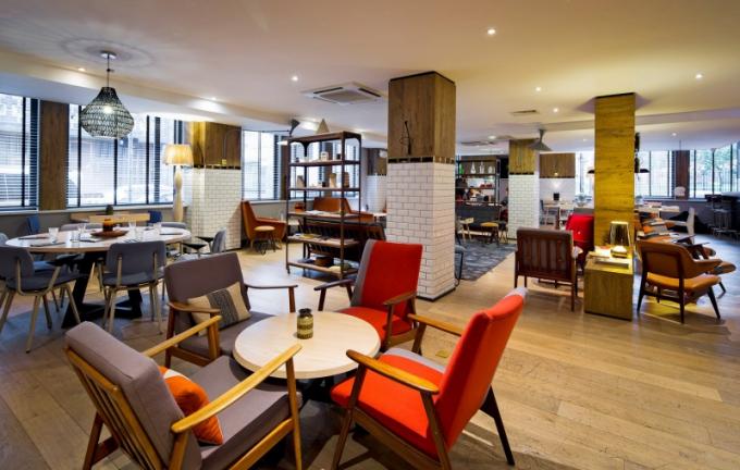 Klíčovým bodem zadání bylo navržení interiéru, který by byl pohodlný a příjemný a sloužil jako platforma, která propojí hotelový ruch s životem okolní komunity. Z ní také čerpali architekti ze studia Blacksheep inspiraci a jejího ducha vnesli i do hotelové lobby volně navazující na restauraci a bar