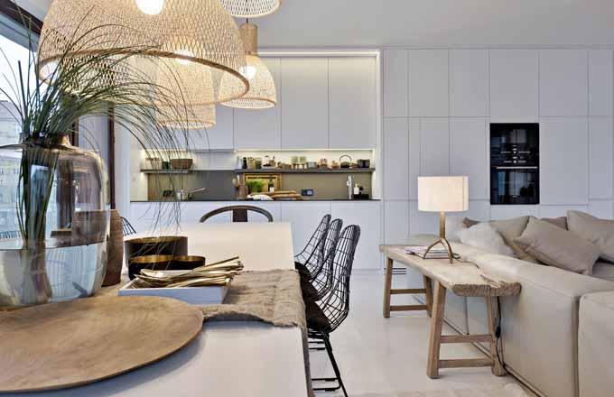 Mimořádně velký rozkládací jídelní stůl osvětluje skupina různě tvarovaných svítidel Ay Illuminate a doplňují ho židle Bertoia