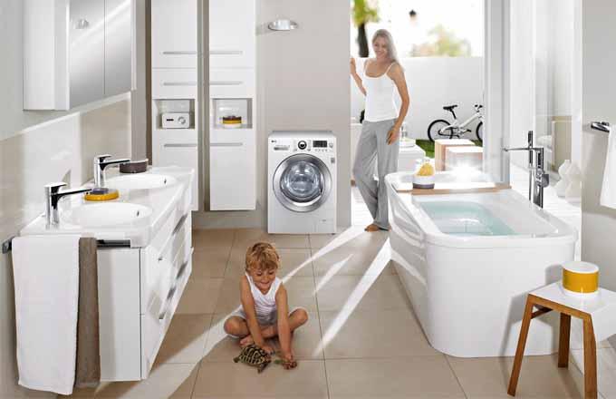 V koupelně zařízené kolekcí Joy (Villeroy & Boch) je pračka se sušičkou WD F94A8RDS (LG), kapacita praní 9 kg, sušení 6 kg, energetická třída praní A+++, sušení A, cena 15 022 Kč, www.eproton.cz