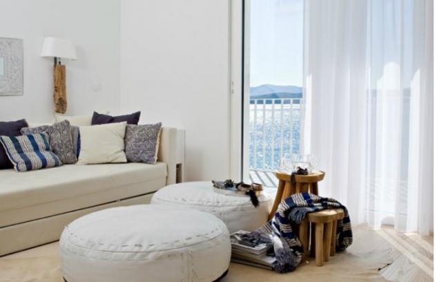 Pufy z bílé kůže poslouží k usednutí stejně jako stolky, vyrábí Nordal, cena k doptání, www.nordal.eu