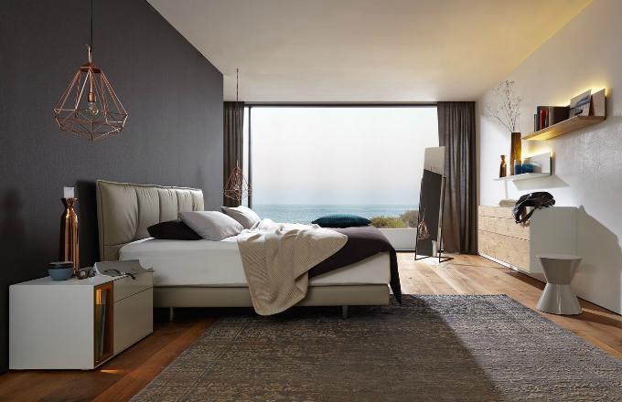 Systém Lunis zahrnuje vestavné skříně, nástěnné police a boxy i volně stojící nábytek včetně čalouněné postele, která je dostupná také v provedení dřevěná dýha nebo lak, vyrábí Hülsta, cena shodná pro rozměry 160/180/200 x 200 cm od 140 784 Kč vč. matrace, www.homestyle.cz