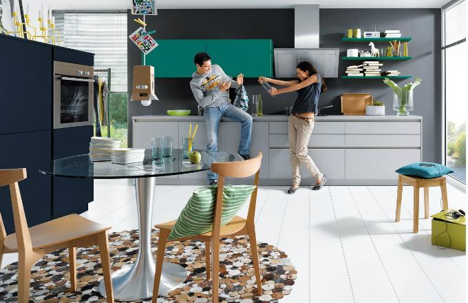 Kuchyň Nova, laminát (dolní skříňky v odstínu šedého kamene K235, ostatní skříňky v provedení satinovaný lak L470 a L480), cena na dotaz, www.schueller.de