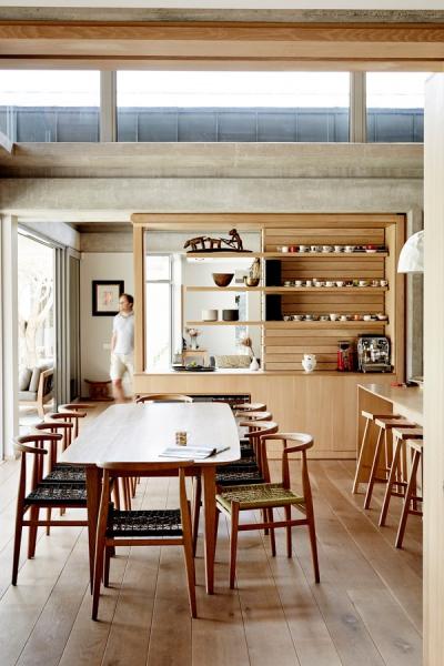 Velký dubový stůl je doplněný ručně vyplétanými židlemi Nguni od architekta Johna Vogela, který je ve své dílně v Kapském Městě i sám vyrábí