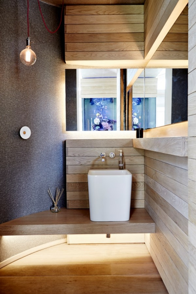 Dřevo není v našich končinách příliš typickým koupelnovým materiálem, ale jeho krása je nesporná. Matt a Victoria ho nevynechali v žádné části svého domu