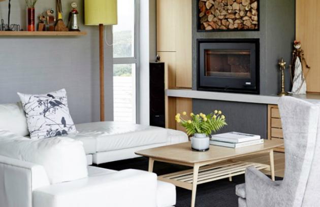 Jednoduchá bílá kožená pohovka byla zakoupena od místní značky Klooftique. Nad ní se na závěsné polici soustřeďuje sbírka artefaktů od jihoafrických umělců. Kombinace teplého dřeva a studeného betonu tvoří tu správně vkusně zabydlenou atmosféru typickou pro celý dům