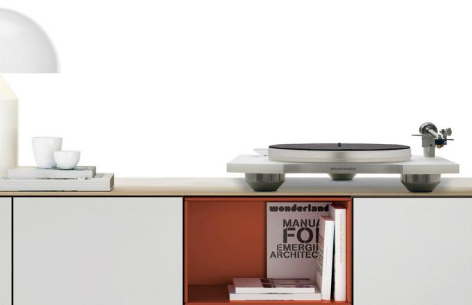 Gramofon Marantz TT-15 s masivním šasi z akrylové pryskyřice, magnetický antiskating systém, přenoskový systém MM ClearAudio v ebenovém těle, keramická ložiska, vyrábí Marantz, cena 44 990 Kč, www.kvalitni-elektronika.cz