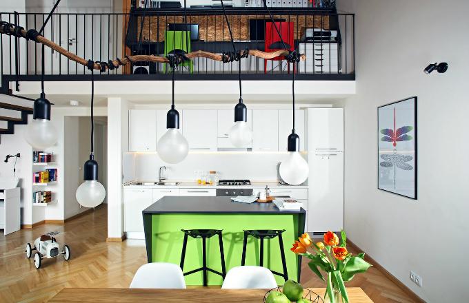 """Ostrůvek v kuchyni tvoří obyčejné skříňky (IKEA) s hloubkou 60 cm, """"obestavené"""" pracovní deskou se zkosenými bočnicemi"""