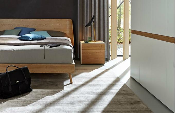Noční stolek z kolekce Lunis, dvířka úložného prostoru z dřevené dýhy, 51,2 x 46,6 x 44,8 cm, vyrábí Hülsta, cena od 21 140 Kč, www.home-style.cz