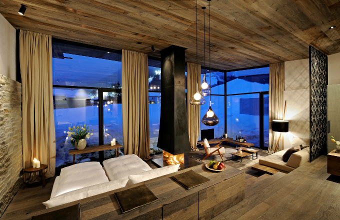 Zahradní apartmány mají obrovské prosklené plochy umožňující výhled do krajiny a vysoké stropy, díky nimž je i v přízemí dostatek slunečního svitu. V zařízení převládá mořené dřevo a pokoje jsou pro větší komfort a intimitu vybaveny krby