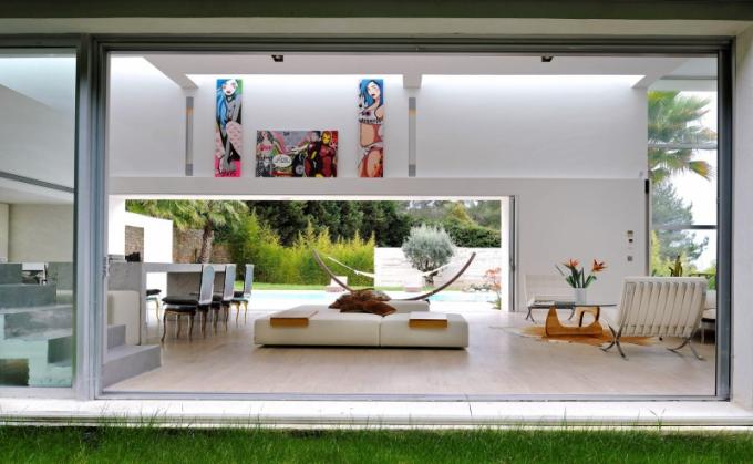 Výrazným prvkem stavby jsou velké prosklené plochy, díky nimž je v interiéru hodně světla. Nesmí v něm chybět ani ikonické kusy nábytku, jako je křeslo Barcelona, které navrhl Mies van der Rohe pro Knoll, nebo Coffee Table, který vytvořil v roce 1944 Isamu Noguchi