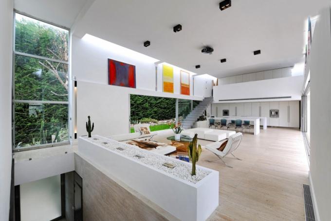 Velkorysý obývací prostor zaujímá 120 m2 a je v něm místo na prostorný jídelní stůl, sezení i kuchyň. Zeleň za okny vzorně plní dekorativní roli