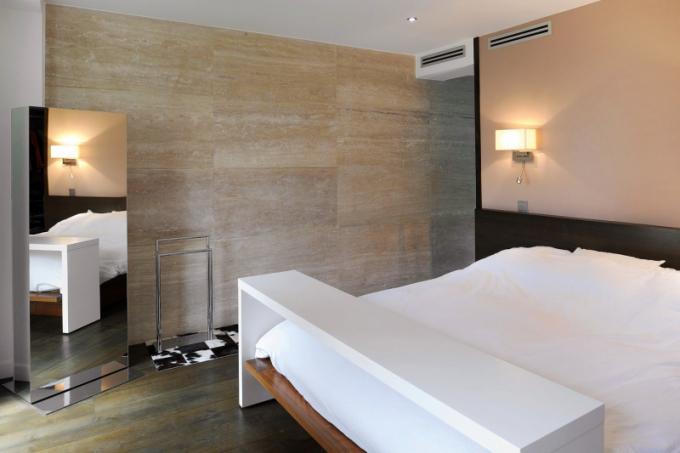 V ložnici majitelů není nic nadbytečného. Je určena ke klidnému spánku a tomu odpovídá i barevné ladění a výběr materiálů