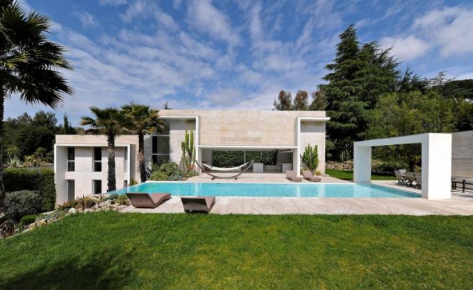 Stavba je inspirována architekturou Bauhausu. Světlé vnější plochy, velkoryse prosklené stěny, ryzí funkčnost a dokonalé začlenění budovy do prostředí a krajiny, která se v mnohém stává součástí interiéru, jsou jednoznačným dokladem Frédericova zalíbení v práci Miese van der Rohe