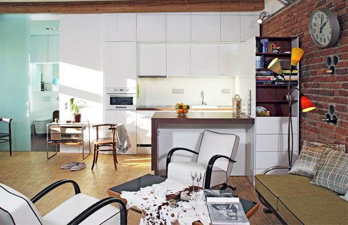 Příjemným prvkem integrovaného prostoru jsou dřevěné trámy a repasované kusy nábytku z druhé poloviny minulého století