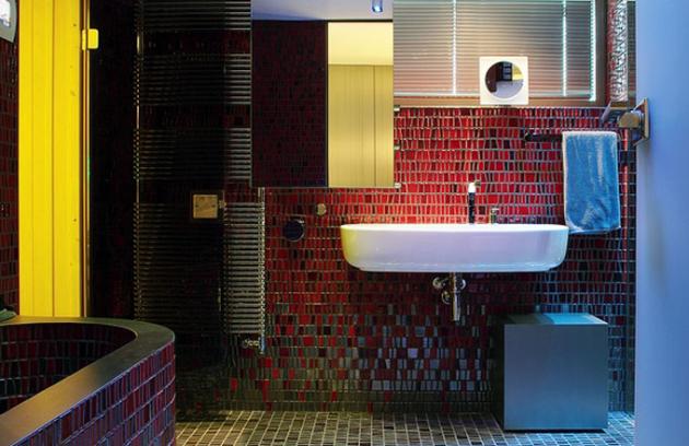Všechny ovládací prvky k použité technice jsou ukryté za posuvným zrcadlem. Změnu atmosféry v koupelně určené prorelaxaci umožňují barevná světla a reprodukovaná hudba
