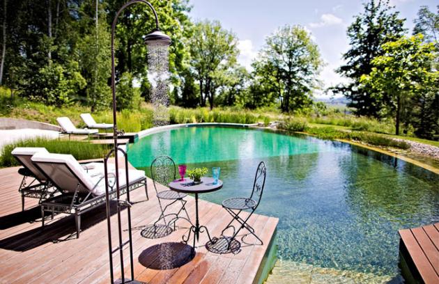 Osvěžení v parných dnech skýtá biotopické koupací jezírko, které se v duchu ekologického cítění Chateau Mcely čistí pouze přírodním způsobem - s pomocí rostlin a kamínků
