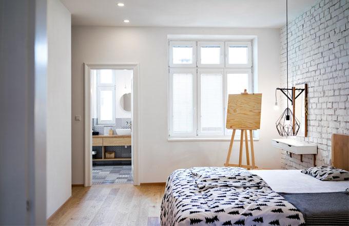 Nábytek do koupelny i ostatních částí interiéru nechali majitelé zhotovit na zakázku