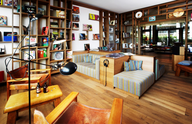 V hotelu je pamatováno i na hudební vyžití. V místnosti zvané Vinyl Room si mohou hosté do kvalitních sluchátek pouštět desky na gramofonu a úplně se odříznout od hotelového ruchu