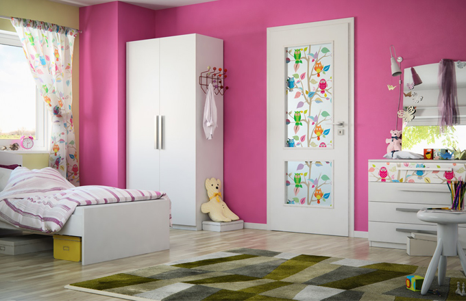 Ideálním řešením se mohou stát hladké bílé dveře Swing, dvěma skleněnými výplněmi s barevným digitálním potiskem (SAPELI, cena včetně potisku 15 743 Kč vč. DPH)