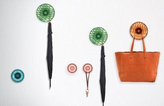 Nástěnné věšáky z kolekce Jellies, průhledný nebo sériově barvený termoplast, 3 rozměry: pr. 6 x 6 cm, pr. 13 x 6 cm a pr. 19 x 7 cm, design Patricia Urquiola, vyrábí Kartell, cena nebyla ještě stanovena, www.kartell.com