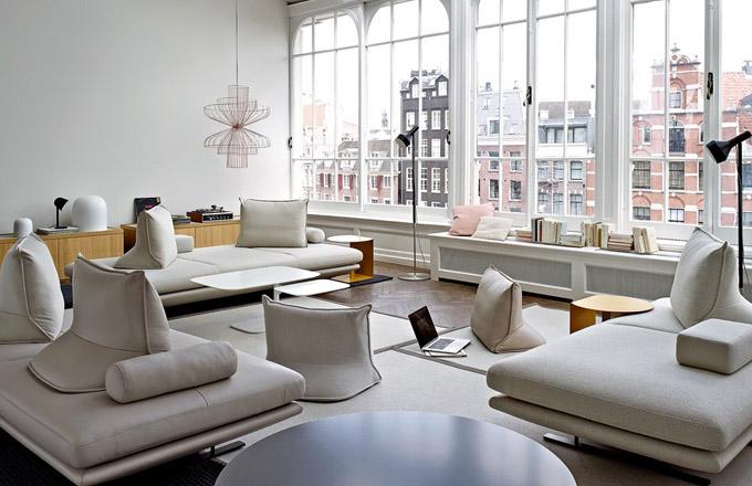 Pohovka Prado, design Christian Werner, snímatelný potah, polštáře mohou být v jiné barvě než potah sedáku, lez rozložit na lůžko, cena od 86 000 Kč, www.ligne-roset.cz