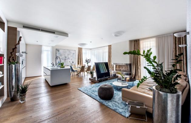 Jemné oživení modrou barvou vnáší do místnosti kvalitní koberec Prime Silk (Stepevi). Harmonický celek dotvářejí stolky s kamennou deskou Harpa (Alivar)