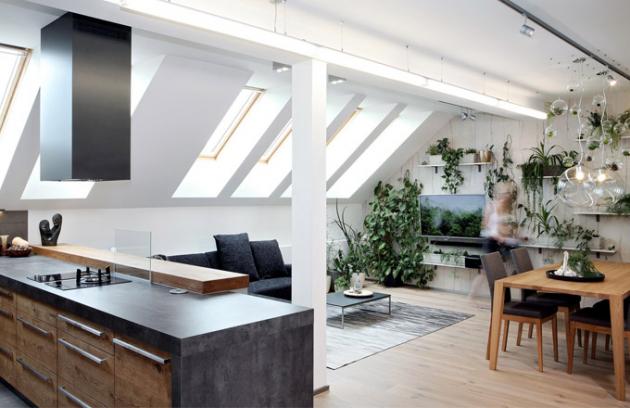 Obývacímu pokoji dominuje bělený dub na podlahových prknech, v kuchyni je sytý na kuchyňských skříňkách. Z dalších materiálů je v obývací části na dvou stěnách kamenná tapeta (stříkaný pískovec) a něco málo betonu