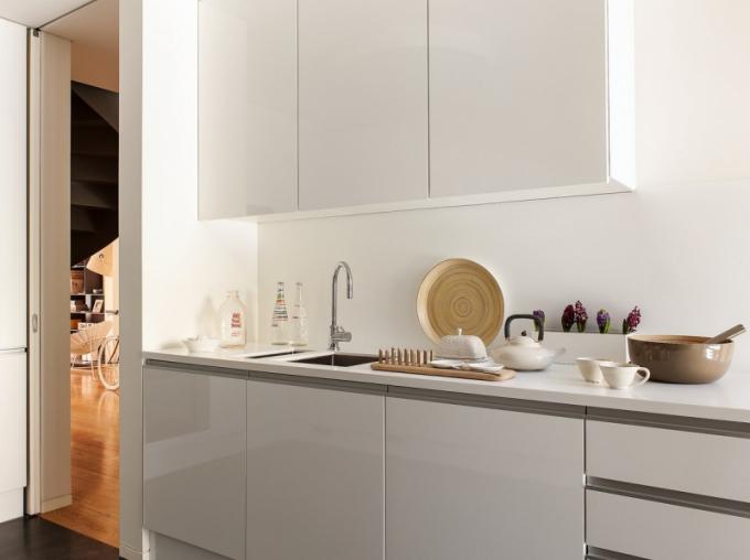 Barevnost celého interiéru vyvažuje střídmé barevné ladění kuchyně i jejích zařizovacích předmětů