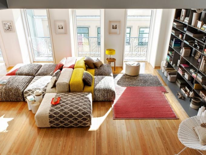 Díky ohromným oknům sahajícím od stropu k podlaze jde do interiéru spousta světla. Velká nástěnná knihovna je vyrobená na míru podle Lígie Casanovy