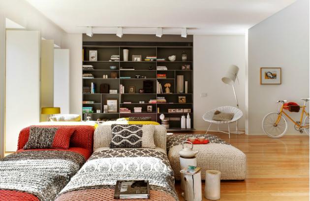 Ústředním prvkem obývacího pokoje je sestava pufů, chaise longue a koberců z kolekce Mangas od španělské značky Gandía Blasco. Designérka jimi proteplila rozlehlý prostor a vytvořila z nich flexibilní ostrůvek pro relaxaci, který se dá podle potřeby měnit a posouvat