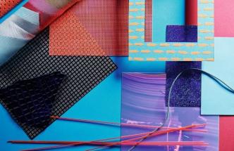 Barevná škála je založena na jasných základních odstínech zelené, modré, červené, žluté, oranžové, fialové a jejich kontrastech.
