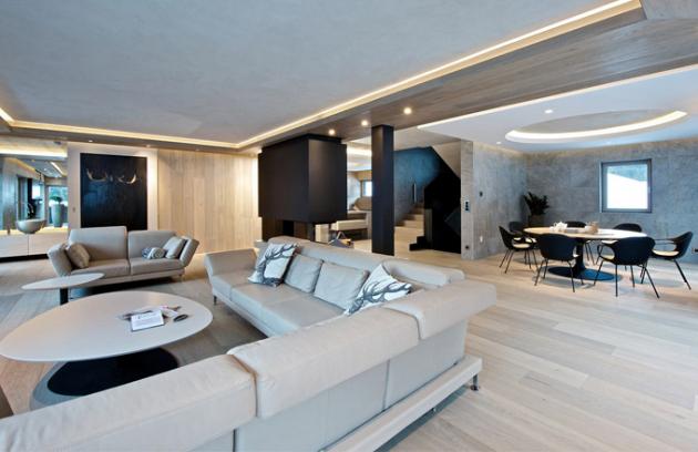 Dominantním prvkem obývacího pokoje je kožená sedací souprava Moule (Brühl) s polohovatelnými podhlavníky v jemném odstínu béžové. Béžové jsou i stolky v designu de.fakto