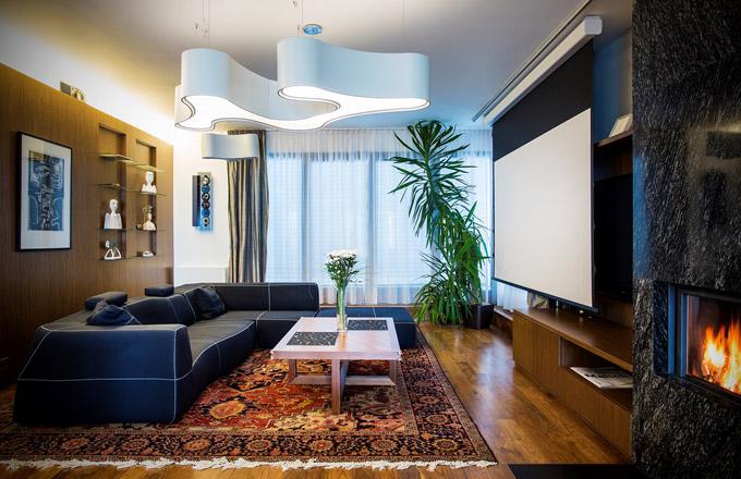 Většina nábytku včetně obkladů stěn byla vyrobena truhlářem na míru podle návrhu architektky Lenky Langerové a designérky Kamily Hornychové. Centrální osvětlení v hlavním obytném prostoru zajišťují svítidla ameba od výrobce Vibia