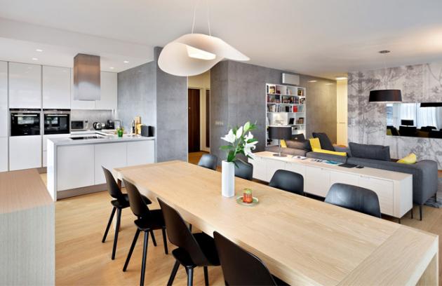 Sedací soupravu, stolek a nízké komody od firmy BB Italia dodala firma Konsepti. U jídelného stolu jsou velmi pohodlné židle z ohýbané překližky Jill od vitry, které tvarově ladí se závěsnou lampou
