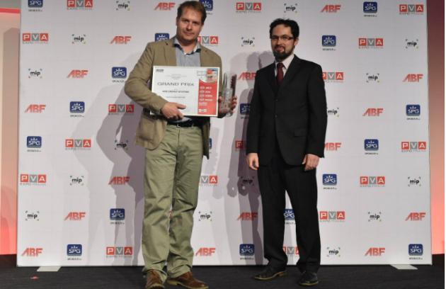 Petr Kartous, technický manažer NIBE Energy Systems CZ, přebírá cenu GRAND PRIX 2016 od předsedy poroty Michala Kabrhela.