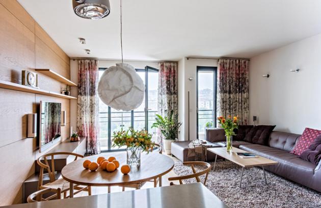 Stěna obývacího pokoje je obložená dýhovanou deskou z běleného dubu. Do moderního interiéru dobře zapadají i starožitné onyxové hodiny, které jsou funkční, ale zároveň představují drobnou památku na Zdenčiny rodiče