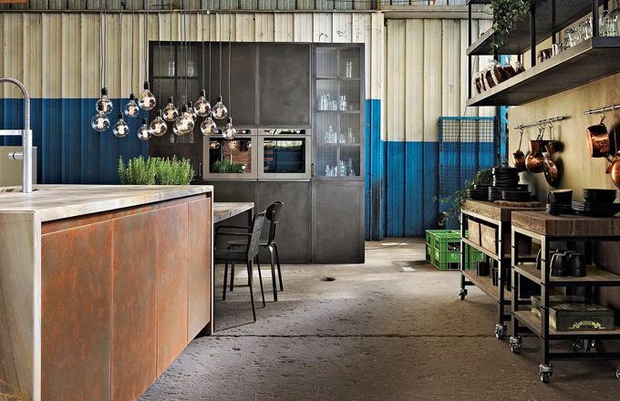 Kuchyň Factory navazuje na industriální styl kombinací lakovaných a patinovaných ploch v metalickém odstínu, tabulové černi a kartáčovaného dřeva, vyrábí Aster Cucine, cena na dotaz, www.palladinelli.cz