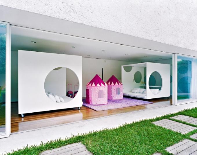 Herna pro děti je vybavena dvěma bílými sedacími boxy na kolečkách, které lze snadno přemístit i ven na terasu (design Tania Eustaquio)
