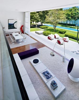 Kosmopolitní mozaiku vybavení interiéru, citlivě sestavenou z unikátních designových kusů, doplňují také svítidla značky Moooi, která navrhl holandský designér Bertjan Pot. Sestavu kávových stolků vytvořil Ital Piero Lissoni, sezení Američan Jasper Morrison