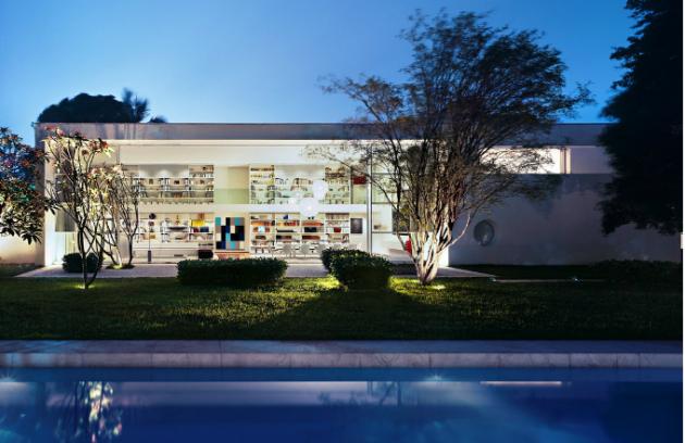 Ze zahrady je dům zcela transparentní, před pohledy z ulice ho chrání vysoké obvodové zdi